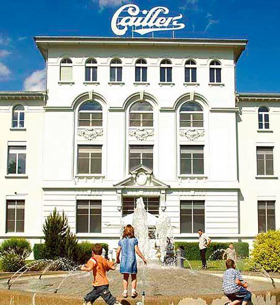 la chocolatera Maison Cailler, cuna de orgullo suizo en donde el Sr. J.L. Cailler inventó la tableta de chocolate, allá por el siglo XIX,