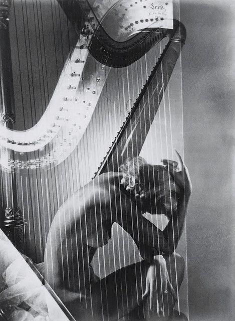 Lisa con harpa de Horst P. Horst