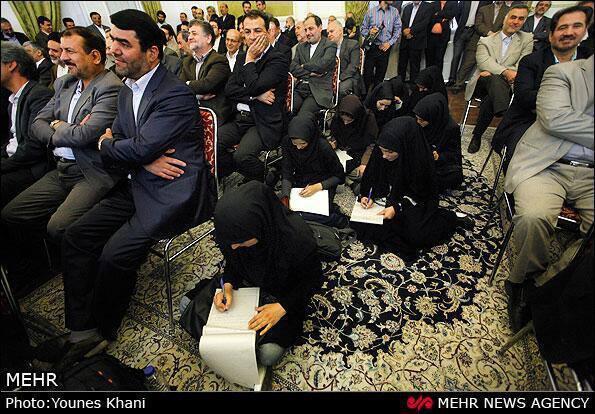 mujeres sentadas en el suelo