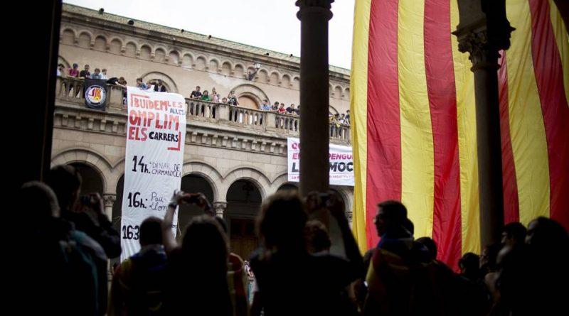 Estudiantes cortan la calle ante el edificio histórico de la Universidad de Barcelona