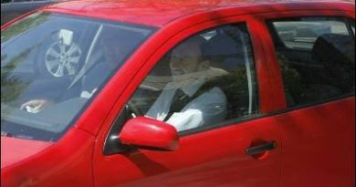 aquella-entrada-gloriosa-en-plaza-de-sol-conduciendo-su-utilitario-y-en-mangas-de-camisa