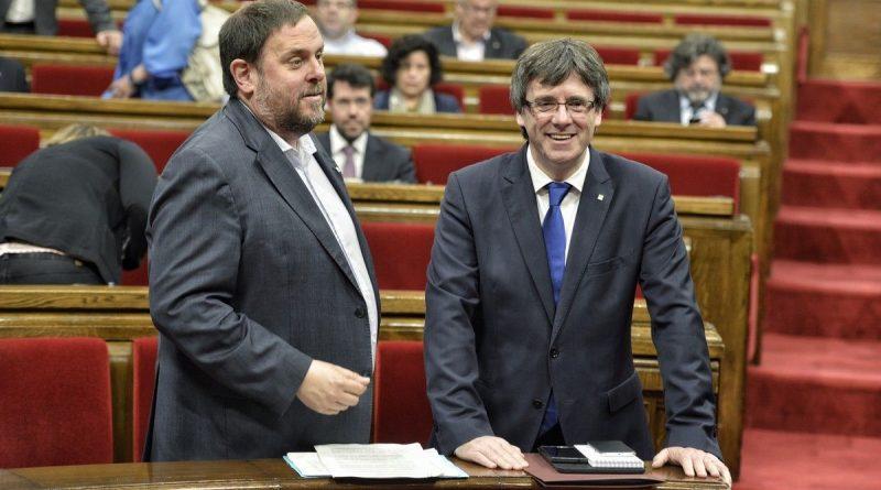 Junqueras y Puigdemont Parlament. FOTO FERRAN SENDRA