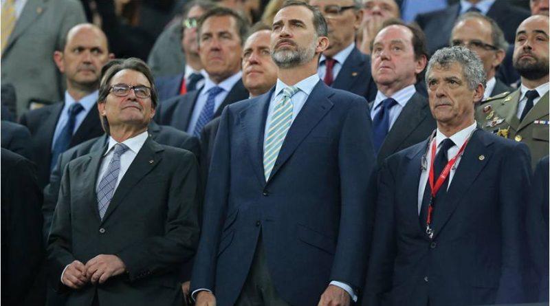 la-insultante-actitud-del-traidor-arturo-mas-mirando-de-reojo-con-sorna-al-rey-de-espana