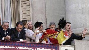 La batalla de la bandera en el balcón del ayuntamiento de Barcelona