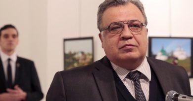 acojonante-la-foto-el-embajador-ruso-con-su-asesino-detras