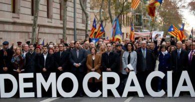 en-la-manifestacion-de-apoyo-a-forcadell-la-cabecera-esgrime-la-democracia