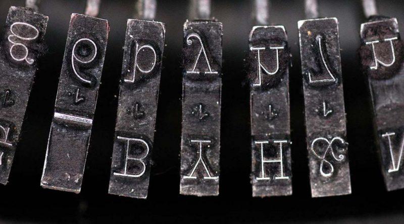 tipos-de-letra-en-una-maquina-antigua-de-escribir
