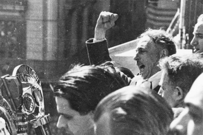 A las ocho y diez minutos de la tarde del 6 de octubre de 1934, Lluís Companys aparece en el balcón de la Generalidad acompañado de sus consejeros
