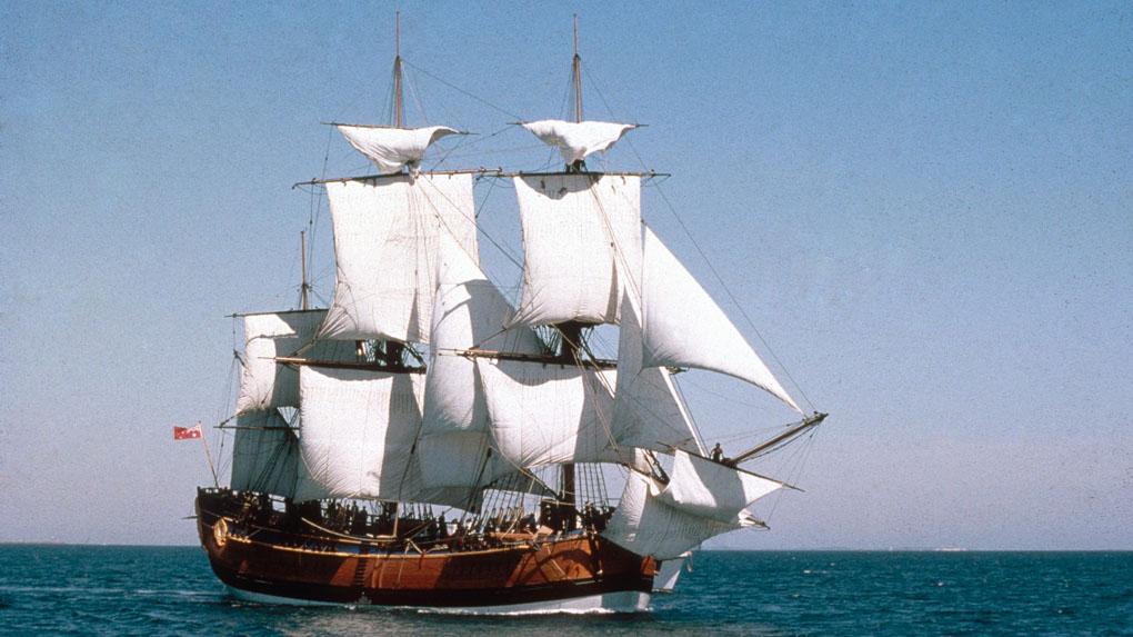 Réplica del Endeavour de Cook en mar abierto a su salida de Sidney (Australia)