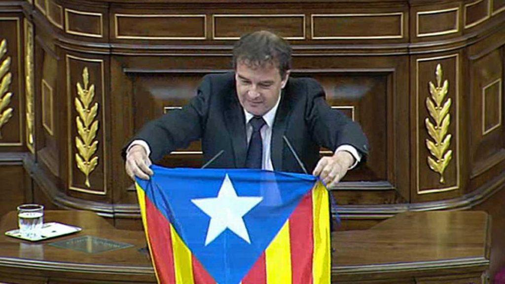 Alfred Bosch despliega una bandera independentista catalana en el pleno Ha sido durante el debate sobre el ultraje a los símbolos nacionales
