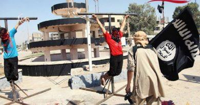 Cristianos atados por el Estado Islámico a hierros en forma de cruz