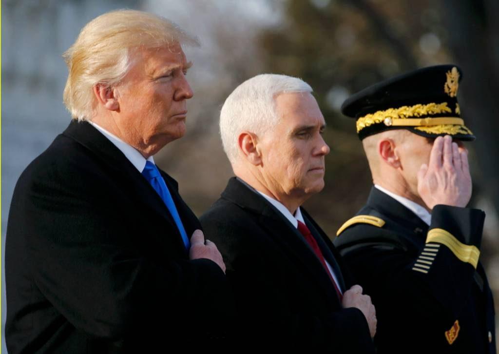 Donald Trump y Mike Pence en un acto oficial en el Cementerio de Arlington
