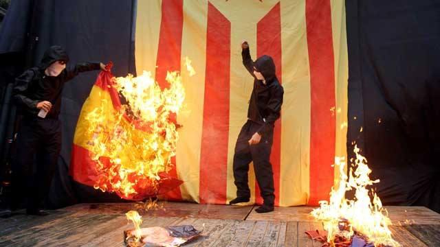 Encapuchados queman la bandera española