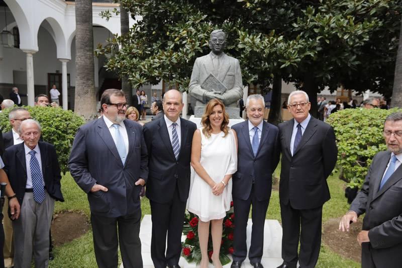 Susana Díaz junto a los expresidentes de la Junta de Andalucía, posa en la celebración del Día de Andalucía ante el busto