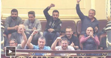 Estibadores puño en alto hoy en el Parlamento. Cobran 80.000€ de sueldo medio, 6.500 al mes