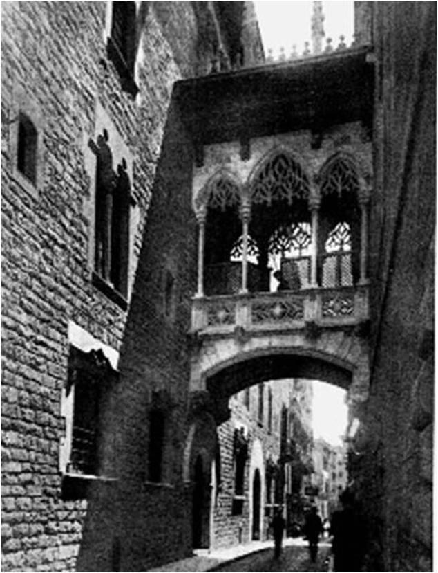 A la izquierda se observa una de las fachadas de las Cases dels Canonges
