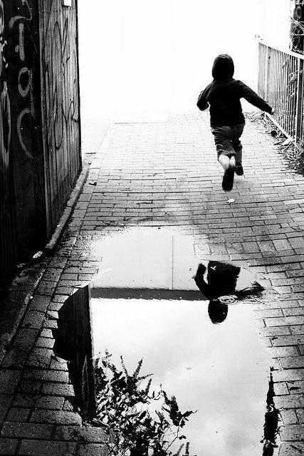 Foto de Bresson de niño saltando un charco