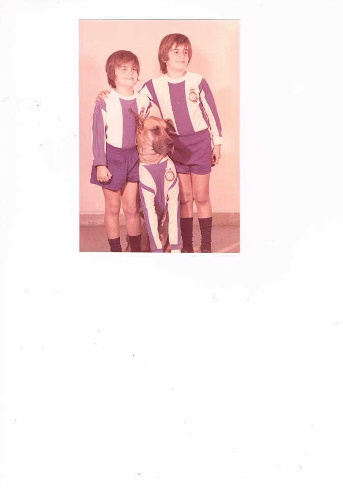 Trosky con mis hermanos pequeños, equipados con el uniforme de mi RCD Español.