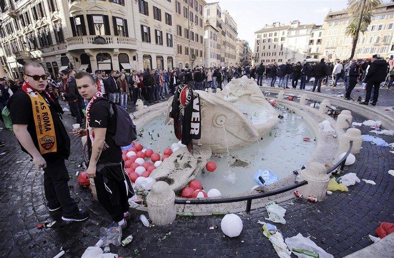 borrachos destrozando la bellisima fuente de Bernini en la Piazza di Spagna de Roma