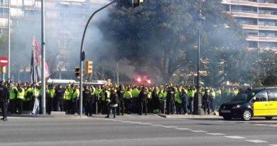 exterior del Palacio de Congresos de Cataluña. Bengalas y gritos de estibadores