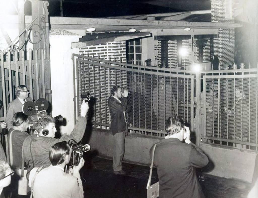 Momento histórico del cierre de la verja fronteriza por orden del Gobierno español el 8 de junio de 1969.