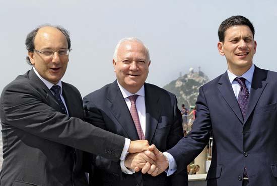 Peter Caruana, ministro principal de Gibraltar, Miguel Angel Moratinos y David Miliband, ministro