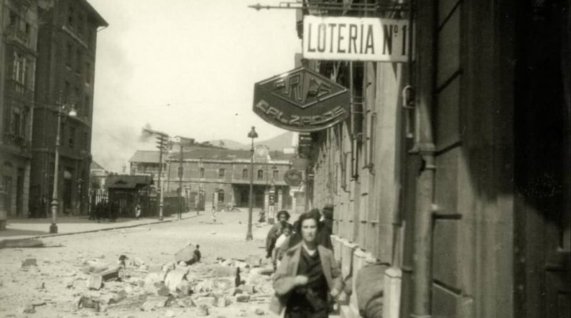 Fotodel bombardeo de Oviedo. calle Uría. Al fondo, la Estación del Norte