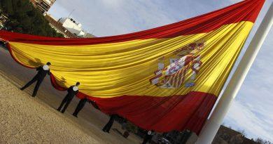 Izado de la bandera de España en la Plaza de Colón