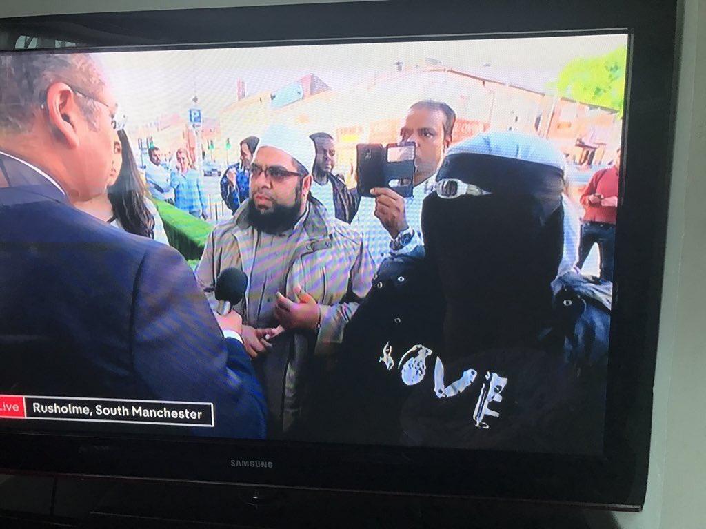 Musulmanes por la paz en Manchester. La camiseta de LOVE tiene guasa