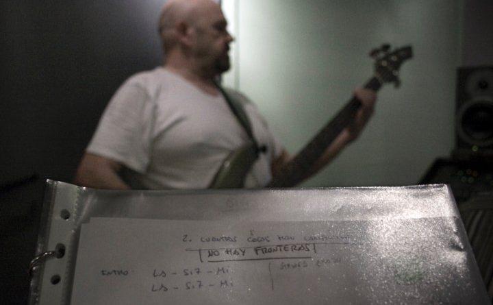 Rodolfo Arévalo en el estudio de grabación