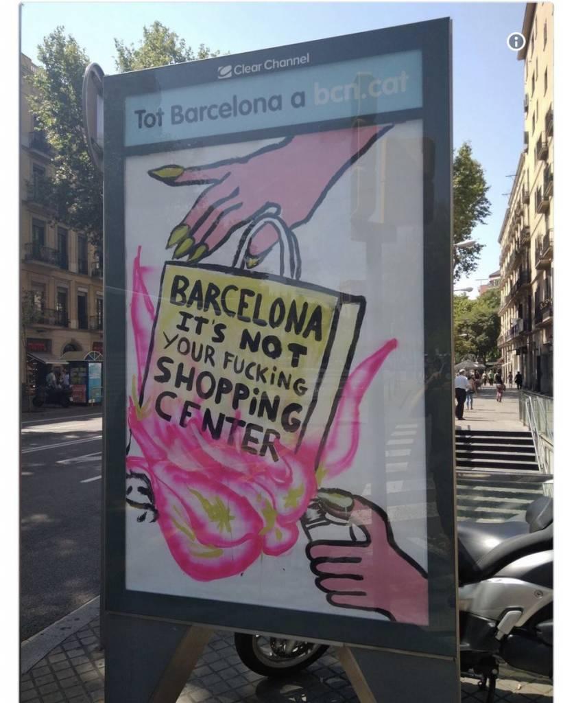 La campaña en plafones públicos contra los comercios rlizada por Ada Colau en el Ayuntamiento de Barcelona atenta contra la prosperidad y el libre comercio
