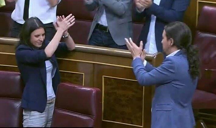 Pablo Iglesias e Irene Montero en la moción. Viva el circo