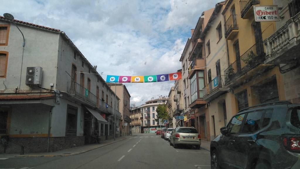 A dos caras en los dos sentidos, en varias calles travesías de algunos pueblos españoles de Cataluña, en este caso Artés de la comarca del Bages Cataluña España