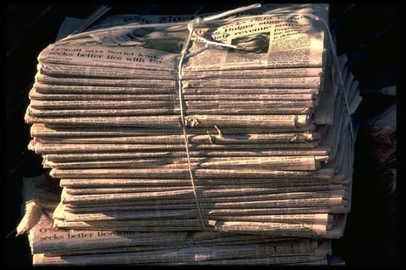 Un montón de periódicos y documentos en un atillo
