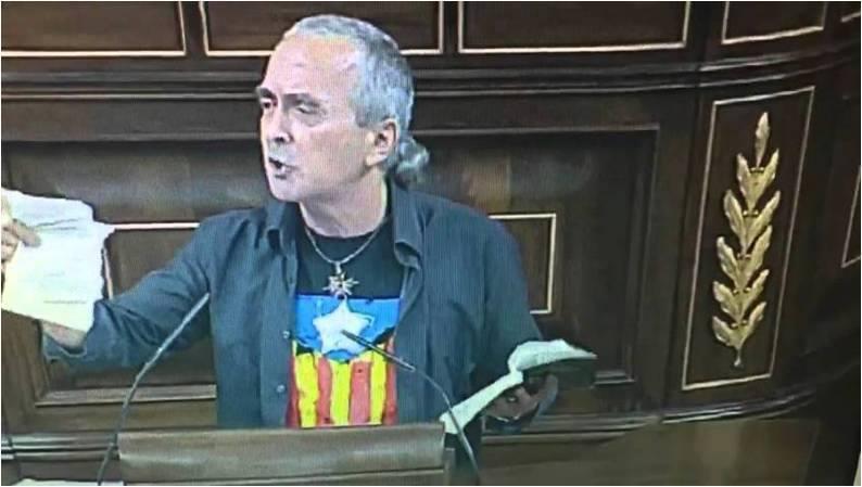 El diputado Sabino Cuadra rompe unas páginas de la Constitución en la tribuna del Congreso. ¿Esto es libertad de expresión?... esto es un insulto y lo es más que se le siga pagando.