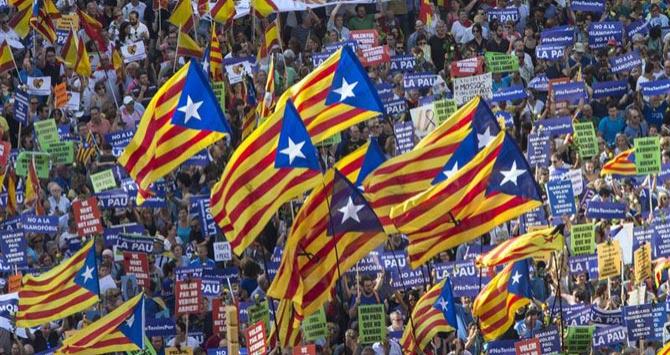 El independentismo se apropia de la manifestación contra el terrorismo de Barcelona