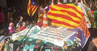 Este es el Estado opresor español. Todo muy normal en aquellos que se dicen llamar 'demócratas' pero acuden a la provocación y los motines