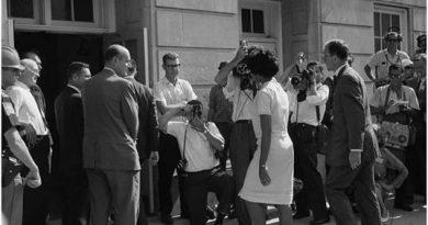 11 de junio de 1963. Vivian Malone Jones llega para inscribirse para clases en el Auditorio Foster de la Universidad de Alabama.