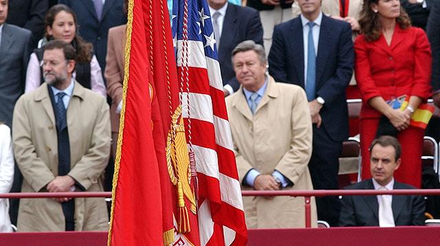 Zapatero sentado al paso de la bandera de EEUU