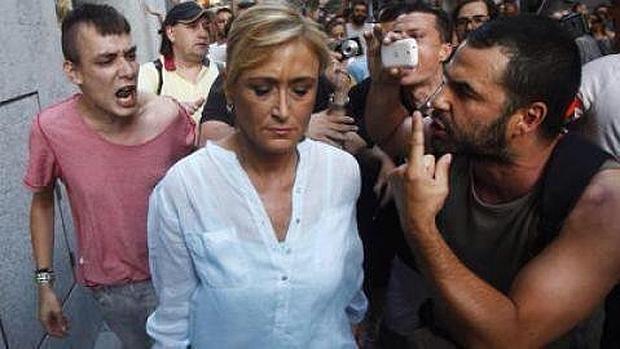 La exdelegada de Gobierno, Cristina Cifuentes, durante el escrache que sufrió en 2012
