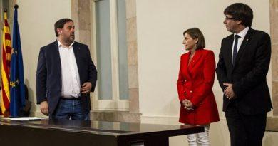 Puigdemont firmó la declaración de independencia junto a otros parlamentarios independentistas.