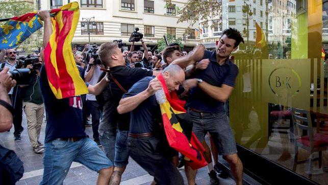 Ultras revientan la manifestación nacionalista del 9 de Octubre en València. Agencia EFE