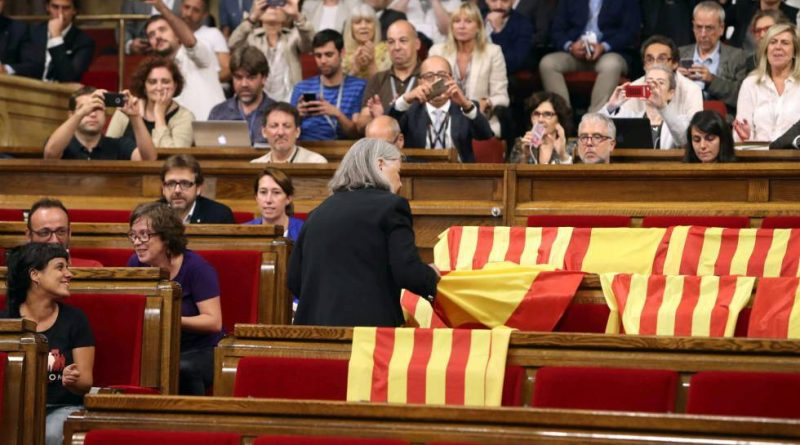 Una diputada de Podem retira las banderas españolas que dejó el PP en el Parlament