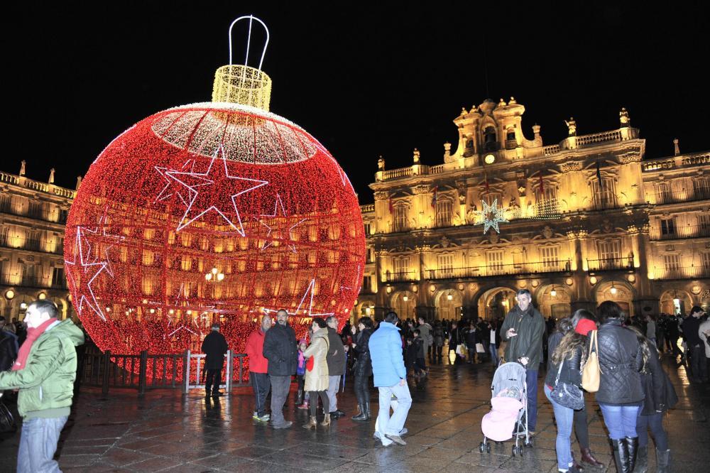 En la calle las luces ya no representan la Navidad, solo iluminaciones de diseño moderno