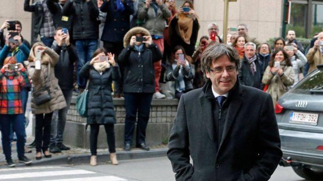 Este señor es Carles Puigdemont, EXpresidente de la Generalidad de Cataluña