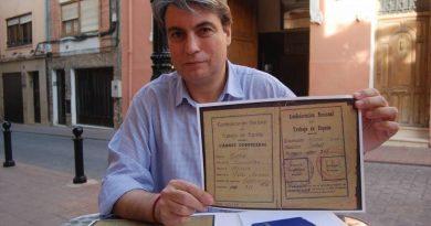 Policarpo Sánchez nos muestra uno de los poquísimos documentos devueltos por los golpistas