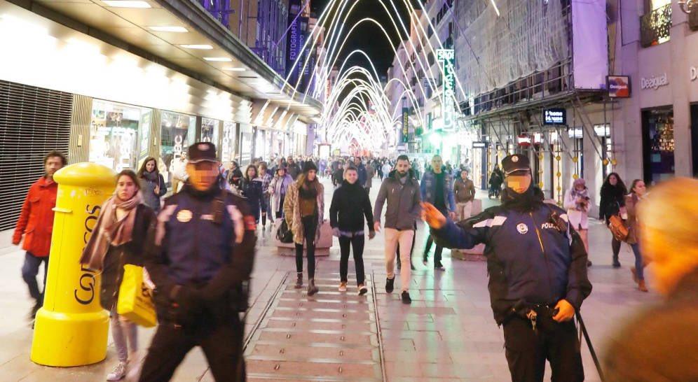 Carmena ha convertido a los policías en bolardos humanos para que en las calles de Madrid no entren peatones