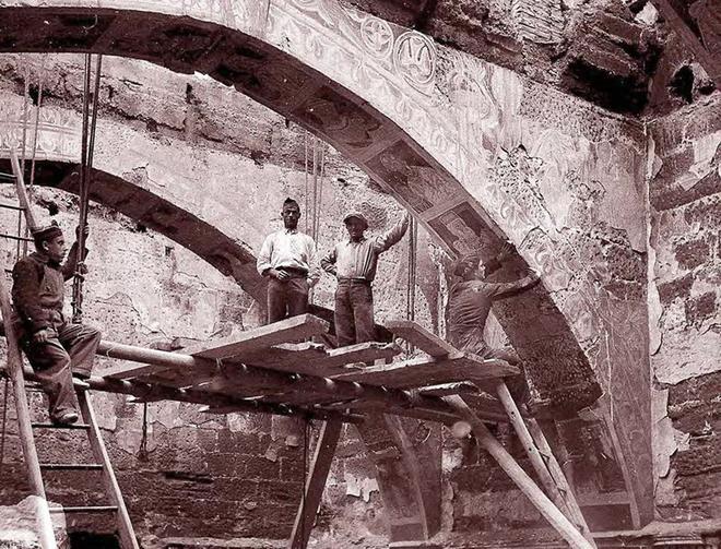 El expolio de los frescos del monasterio. El equipo de Josep Gudiol (que toma la foto) y vecinos del pueblo arrancan las pinturas de Sijena.