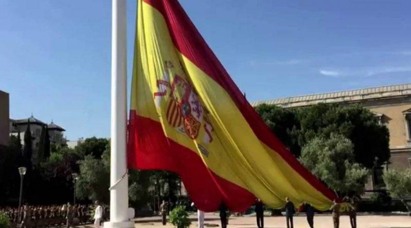 zado solemne de la bandera de España en la Plaza de Colón de Madrid