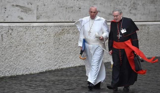 El Papa habla con el cardenal Lluís Martínez Sistach, ayer en el Vaticano